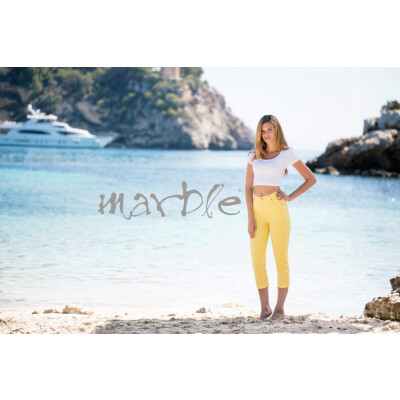 Marble cropped jeans in a yellow lemon colour perfect for your summer holidays. They have a classic 5 pocket style with a zip opening and studs. Made from a fantastic stretch cotton which is flattering and comfortable to wear. Available at colmershill.com